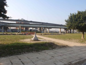 one of the many overpass mazes the Danshui bike path goes under, near my turn around point